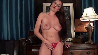 Sexy Mommy Shows Her Vagina - Sophia Delane