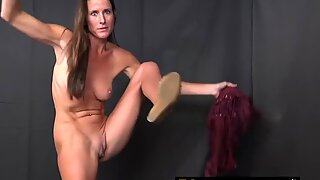 Naughty experienced hot mommy knows how to lick