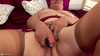 Old but hot granny piss and plays with hairy cunt