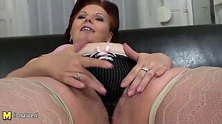 Chubby mature mama shaking her hairy pussy