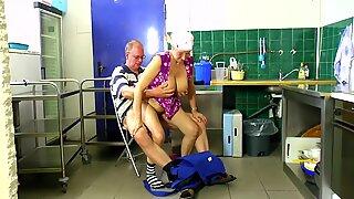 Putzfrau in der Kueche gefickt