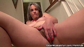Yankee ibu seksi kelli mengelupas dan melancap di tangga